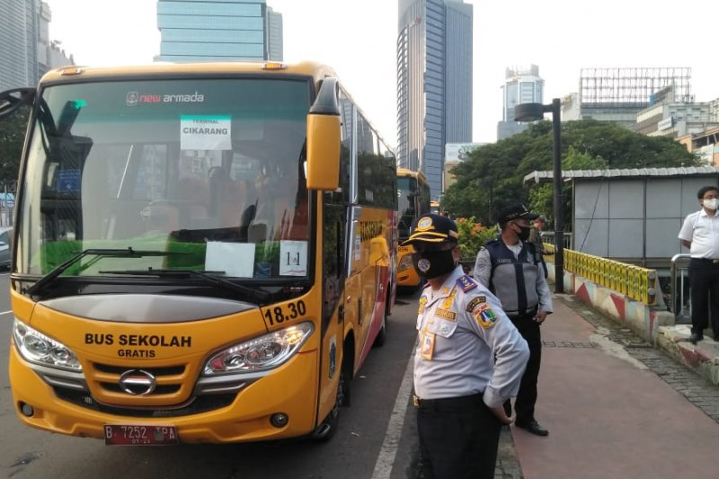 50 bus sekolah gratis dikerahkan urai kepadatan penumpang KRL Jakarta-Bogor