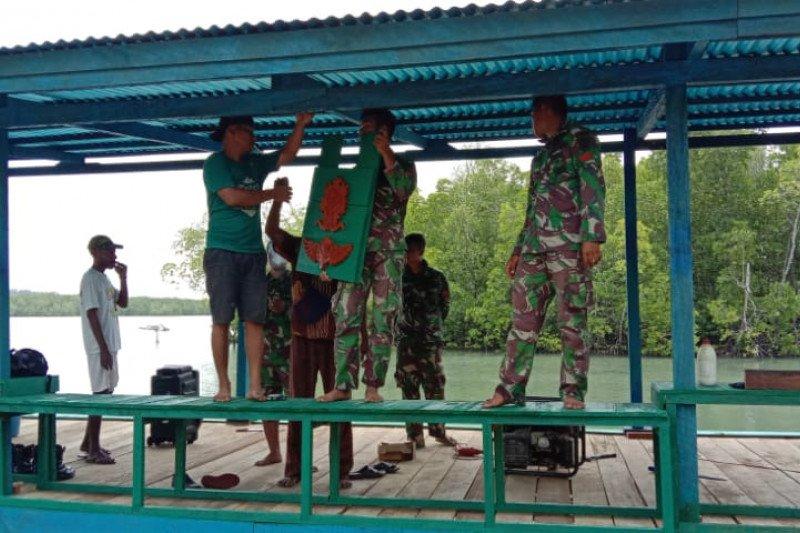 Prajurit TNI Yonif 754/ENK membangun dermaga serba guna di Bonggo Sarmi