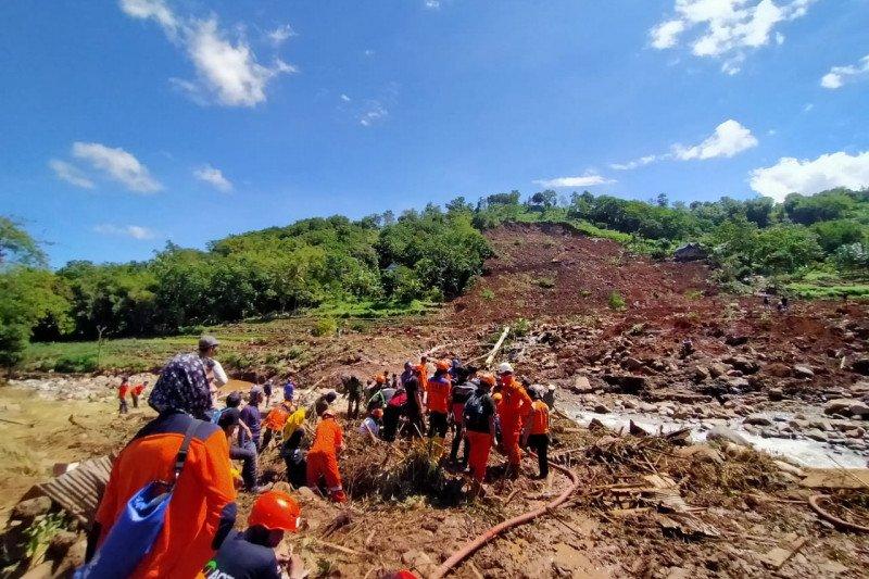 Tiga orang korban tertimbun longsor belum ditemukan
