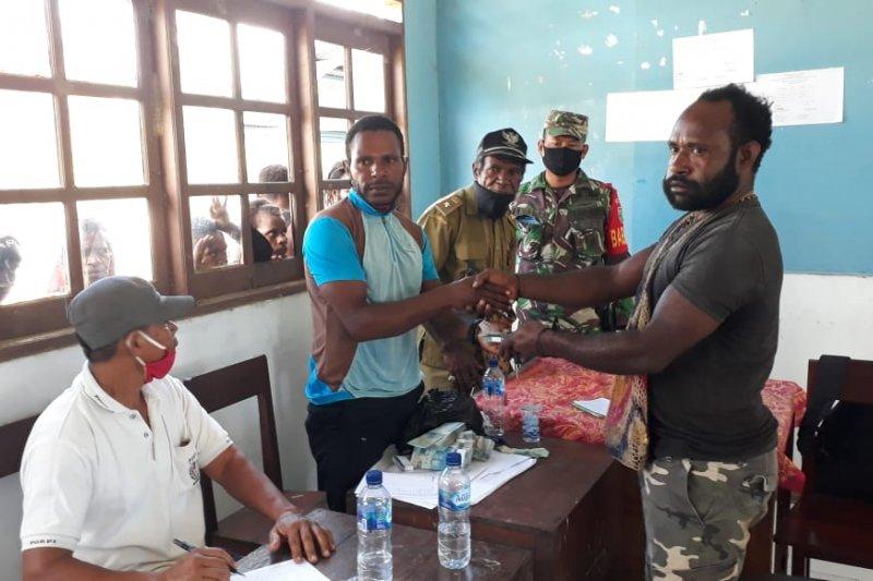 Babinsa Koramil Nabire kawal penyaluran BLT Kampung Wanggar Makmur