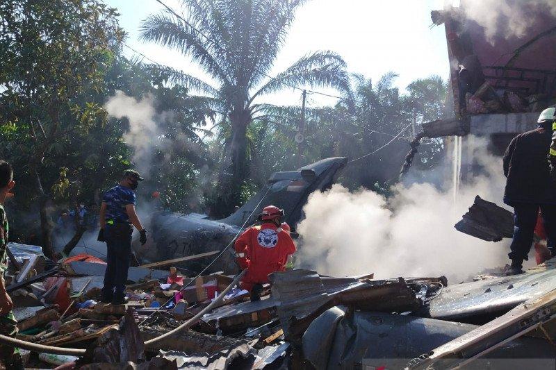 Sebuah pesawat TNI AU jatuh menimpa rumah warga