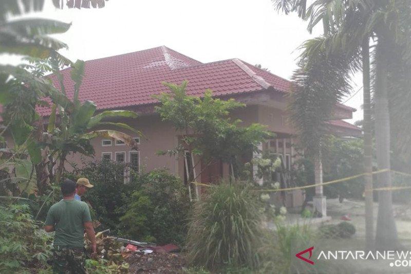 Prajurit TNI perbaiki rumah warga rusak tertimpa jet latih- tempur Hawk