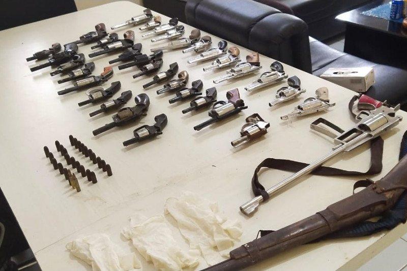 Sejumlah warga beramai-ramai serahkan 35 pucuk senjata rakitan ke polisi