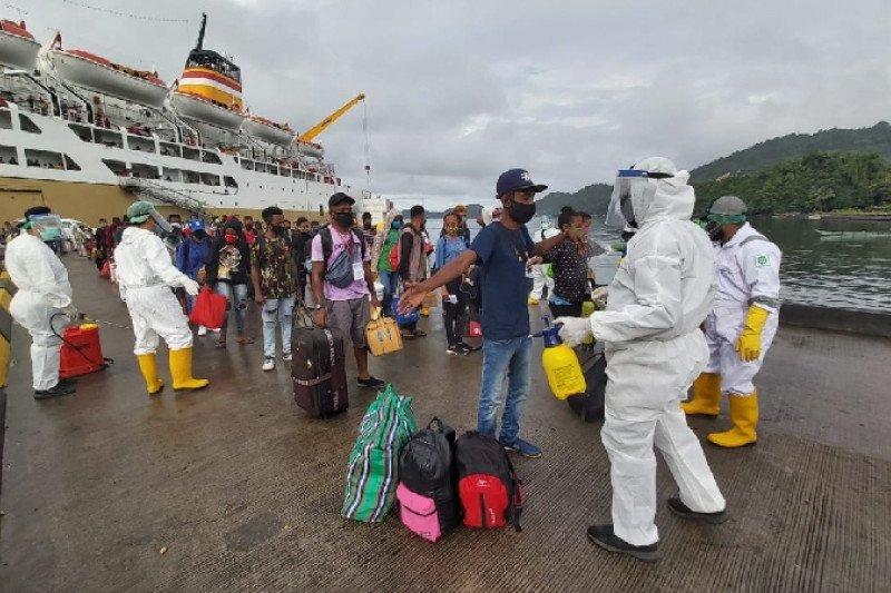 Prajurit Kodim 1709/Yawa bantu pengamanan penumpang kapal di Serui