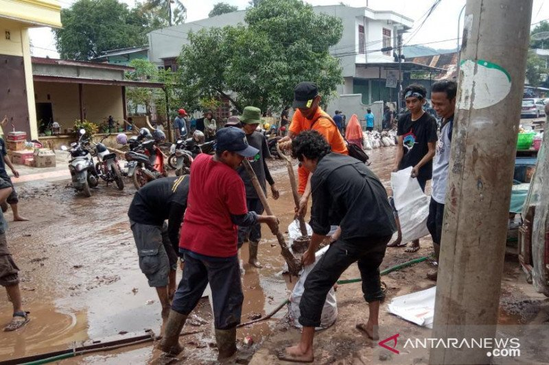 Para pencinta alam bantu bersihkan daerah terdampak banjir di Kabupaten Bantaeng