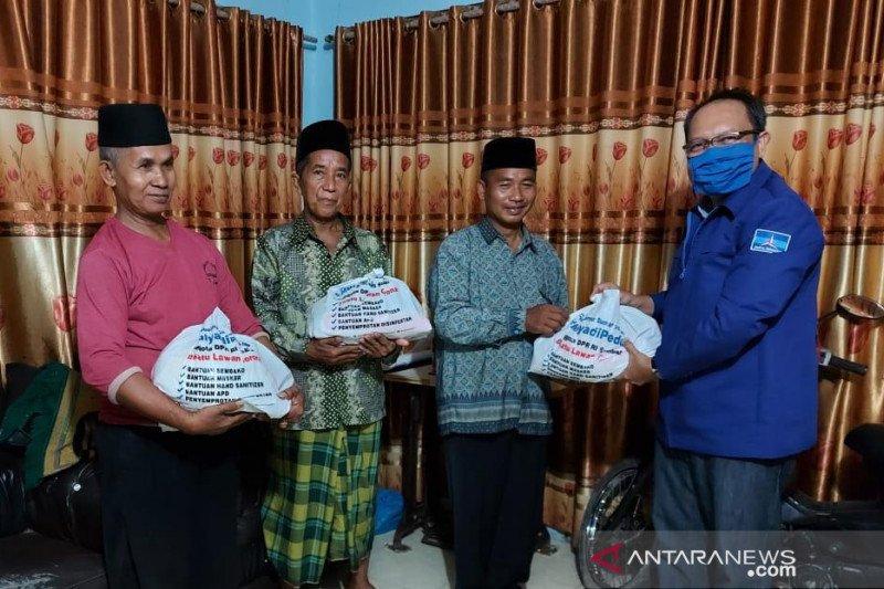 Mulyadi salurkan bantuan Sembako untuk Dai yang terdampak ekonomi akibat COVID-19 di Padang