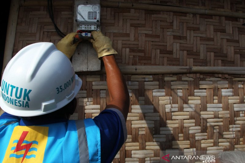 Petugas catat meter PLN  kembali  turun langsung ke rumah
