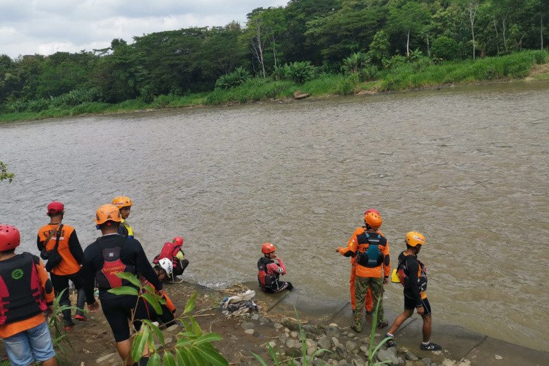 Tim SAR gabungan mencari bocah diduga hanyut di Sungai Progo