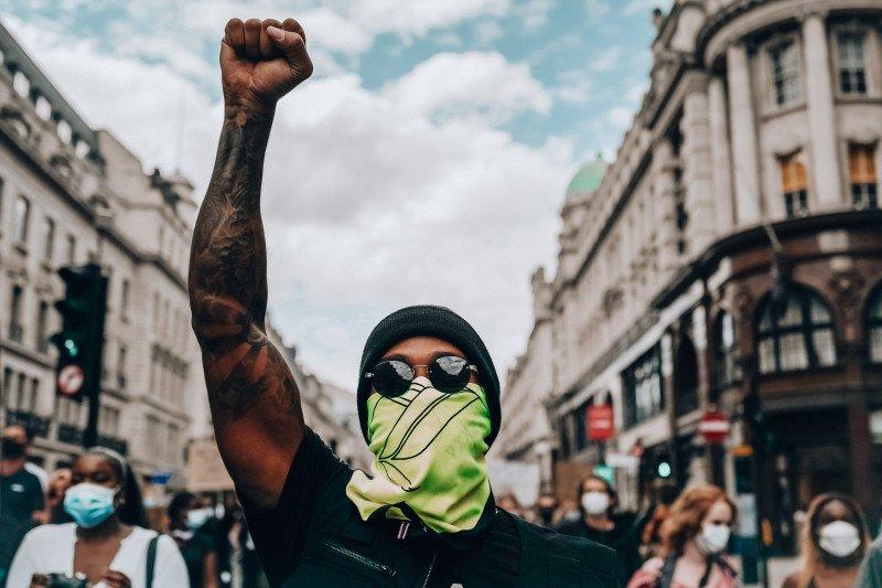 "Lewis Hamilton turun ke jalan ikut aksi damai ""Black Lives Matter"" di London"
