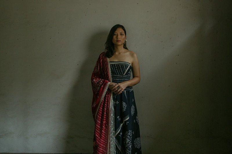 Danilla tampil dengan ular dalam video musik 'Batas'