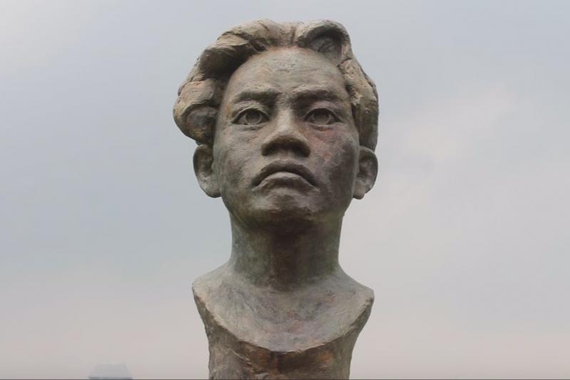 Jika Anda ada kesempatan ke Tugu Monas, lihatlah dengan jeli ada lima patung pahlawan