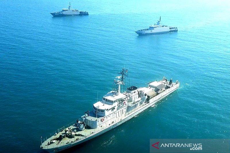 Tiga KRI TNI Angkatan Laut  latihan manuver taktis di Perairan Makassar