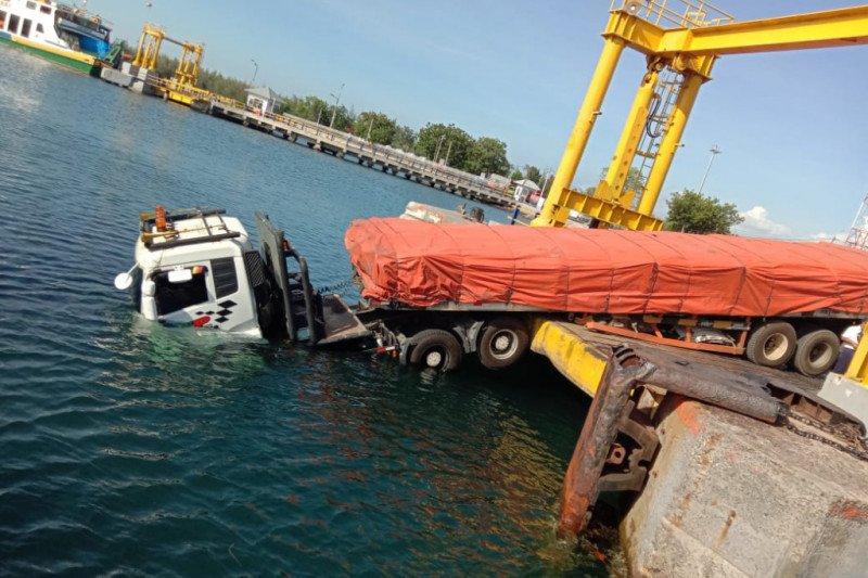 "Tali pengikat kapal penyeberangan Labuhan Lombok-Poto Tano putus, kepala truk tronton ""cium"" air laut"