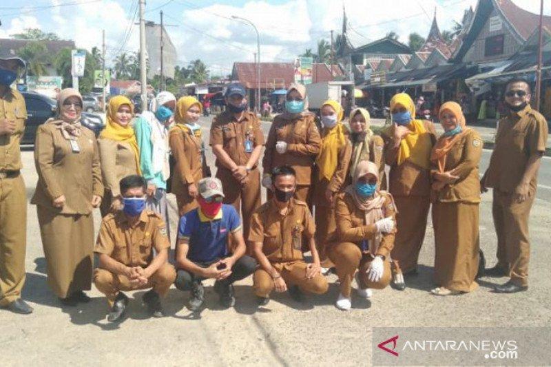 ASN PUPR Sijunjung bagikan 500 masker ke pasar upaya pencegahan COVID-19