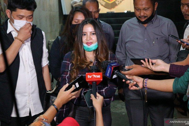 Putri John Kei membesuk sang ayah di Rutan Polda Metro Jaya