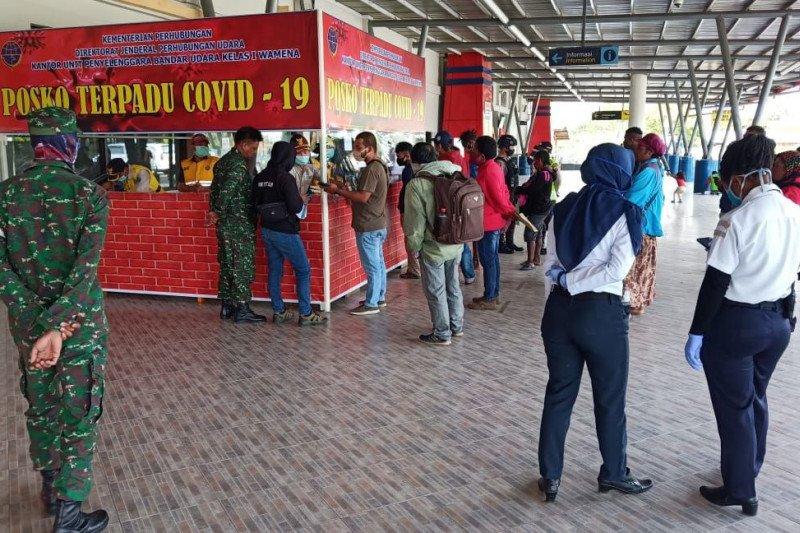Babinsa bantu gugus tugas COVID-19 perketat pemeriksaan penumpang bandara Wamena