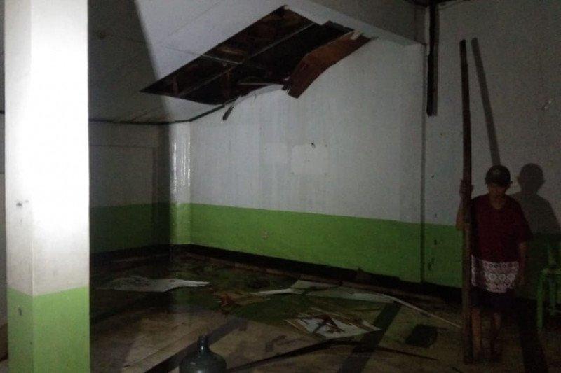 Jemaah  panik karena atap masjid berasap