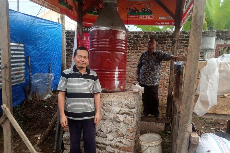 Kelompok Tani Empat Serumpun di  Agam olah sampah tanaman jadi minyak serai