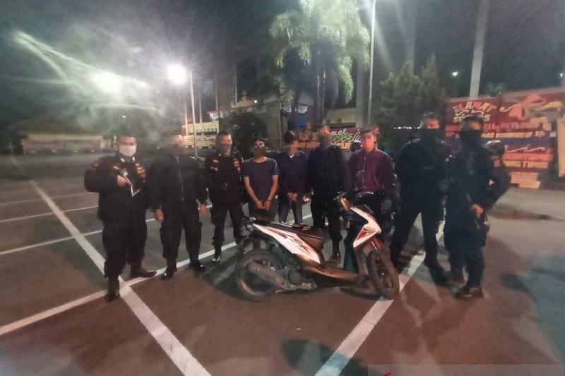 Bawa dan miliki tembakau gorila, dua pemuda diringkus polisi