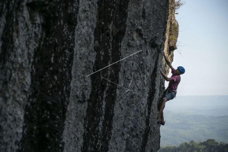 Pemanjat Berlatih di Tebing Batuan Gunung Api Purba Nglanggeran
