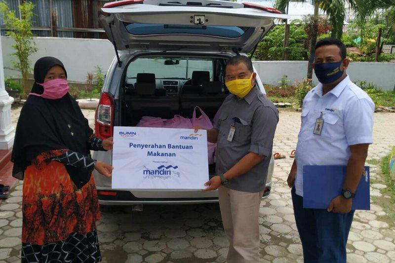 Bank Mandiri Banda Aceh salurkan paket bantuan sembako dan makanan