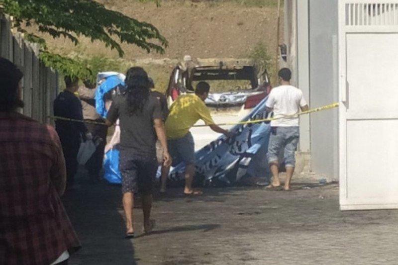 Polisi mengamankan seorang terduga pembakar mobil Via Vallen
