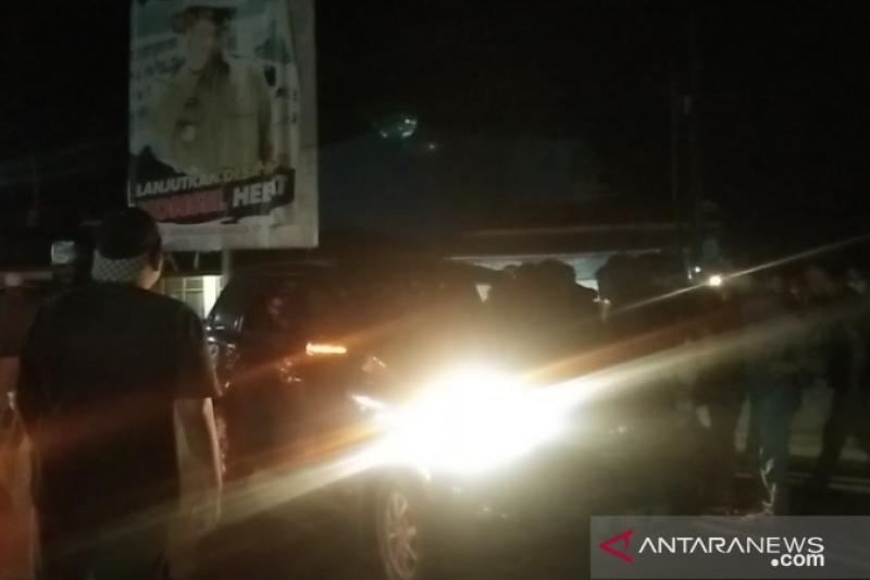 Demo menolak TKA China di simpang empat Bandara Haluoleo Kendari