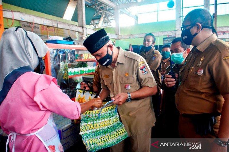 Wali Kota Padang bagikan 200 keranjang daur ulang minimalkan sampah plastik