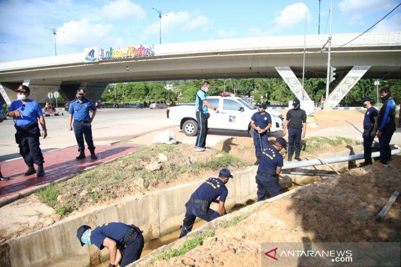 Ditpam bersihkan drainase flyover cegah banjir