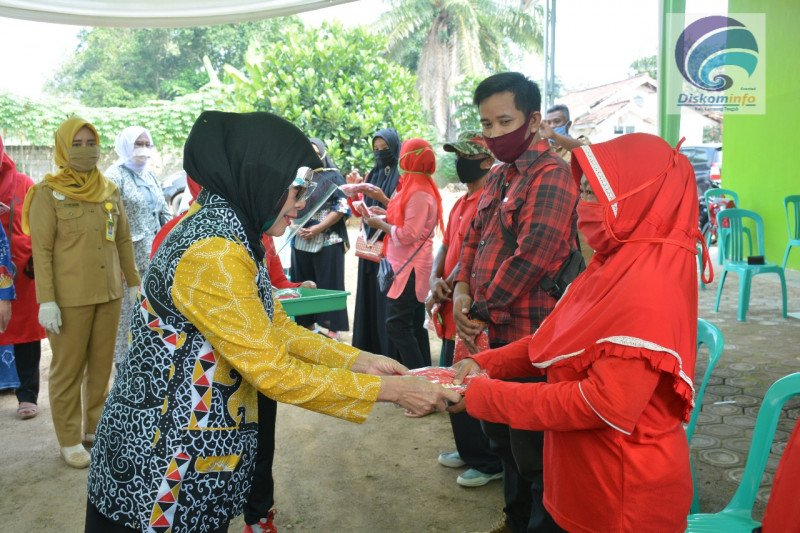 Ketua TP PKK Lampung Tengah tinjau pemasangan KB implan di Puskesmas Poncowati