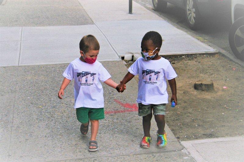 Dua bocah viral karena video berpelukan jadi bintang iklan busana