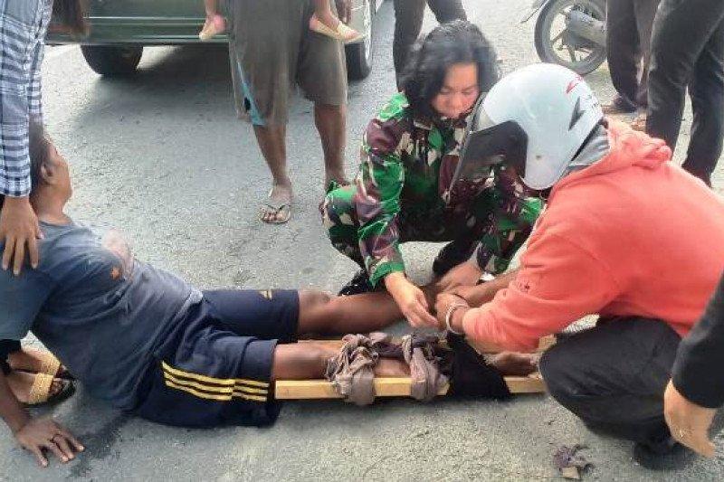 Anggota TNI bantu ibu korban kecelakaan di Jalan raya Sentani-Jayapura
