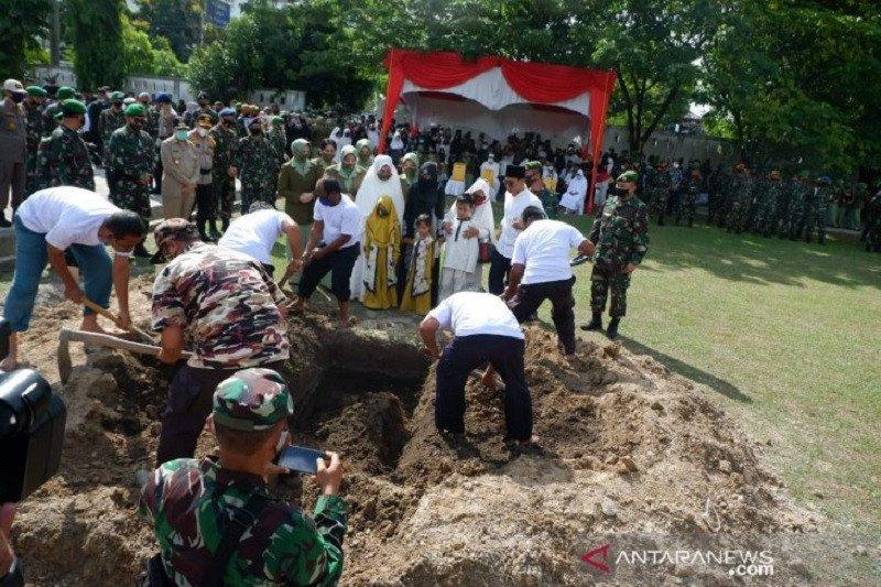 Tatapan terakhir ketika Pelda Anumerta Rama Wahyudi dimakamkan