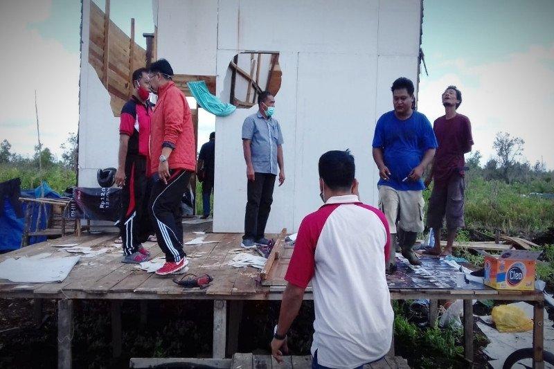 Angin kencang hantam tiga lokasi di Sampit, satu orang terluka