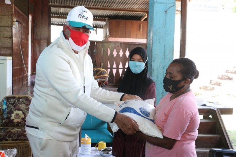 Kapolda dan Spirit of Papua berikan bantuan sembako ke warga Entrop Jayapura