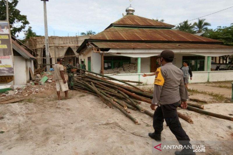 Di Kolaka, TNI-Polri dan warga gotong royong renovasi rumah ibadah