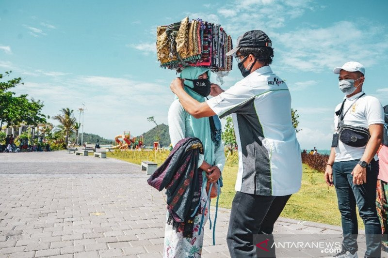 ITDC membagikan 250 masker untuk pedagang asongan di Mandalika
