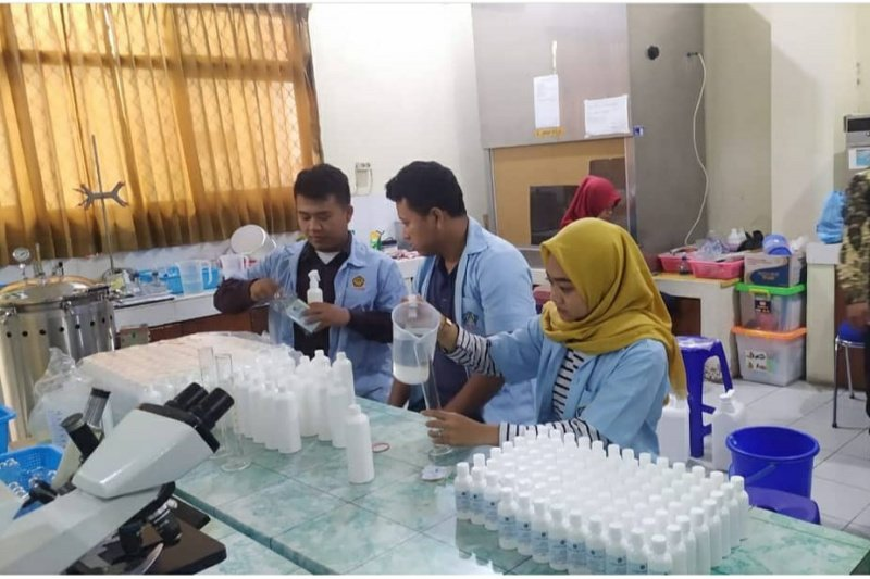 """Cegah COVID-19, Unisri masih aktif produksi """"hand sanitizer"""" untuk masyarakat"""
