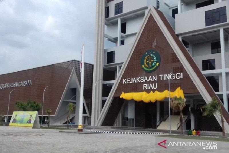 Sekdaprov Riau Yan Prana   diperiksa  dugaan korupsi