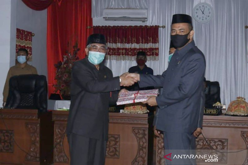 Wabup Bantaeng serahkan ranperda pertanggungjawaban APBD 2019