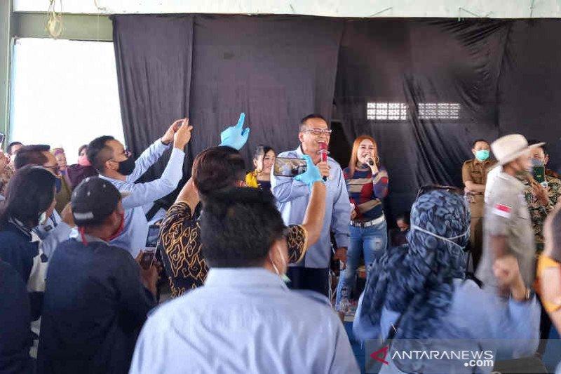 Usai diskusi, Menteri Edhy ajak nelayan Cirebon bernyanyi bersama
