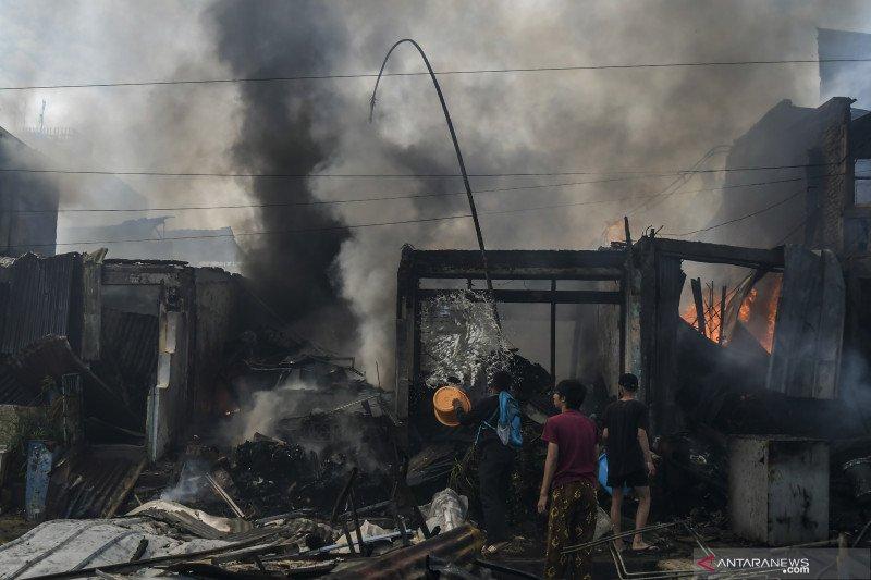 Sebuah toko menjual gas elpiji terbakar di Solok