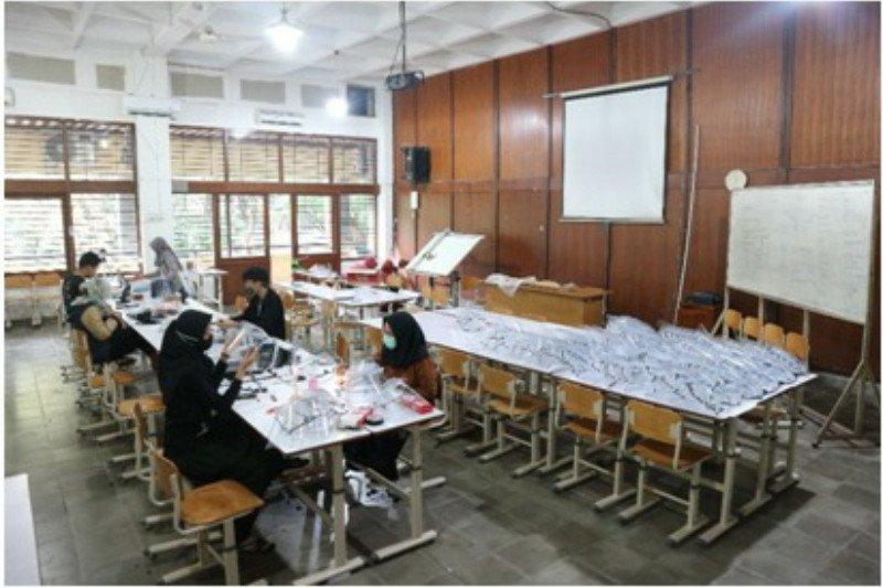 Mahasiswa UNS produksi ribuan alat pelindung wajah
