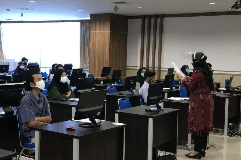 Reaktif COVID, tiga peserta UTBK asal luar Jawa minta realokasi waktu ujian