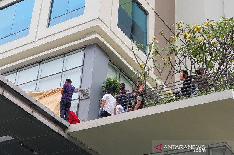 Seorang wanita terjatuh dari lantai 13 hotel di Jakarta