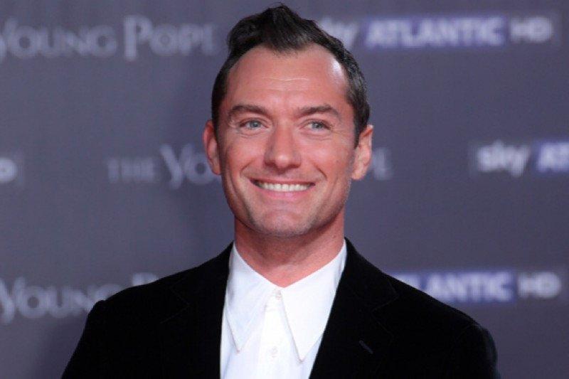 "Jude Law negosiasikan terkait peran ""Captain Hook"""