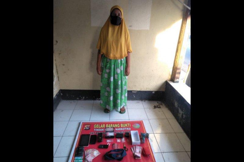 Sempat kabur lewat jendela rumahnya, ibu rumah tangga pemilik narkoba di Dompu ditangkap polisi