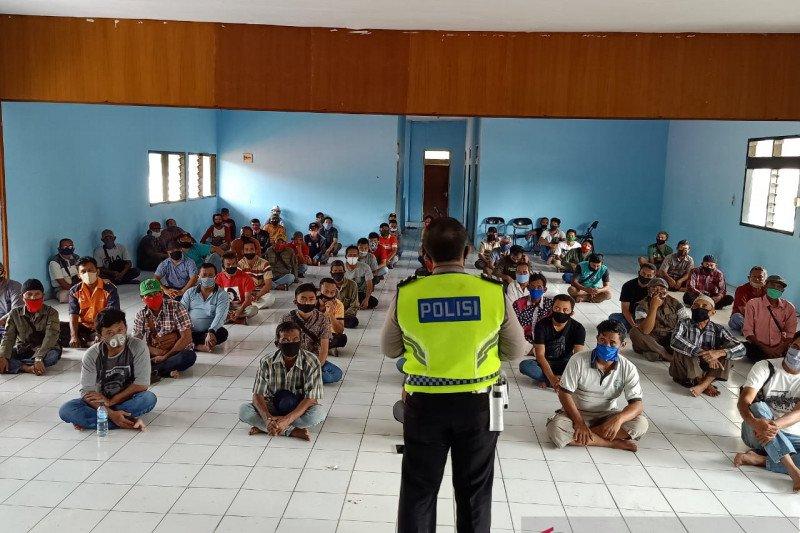 Polres Subang beri pemahaman sopir angkot tentang pencegahan COVID-19