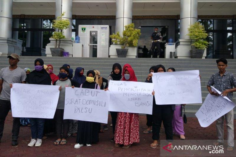 Puluhan wali murid datangi DPRD Sumbar terkait PPDB 2020