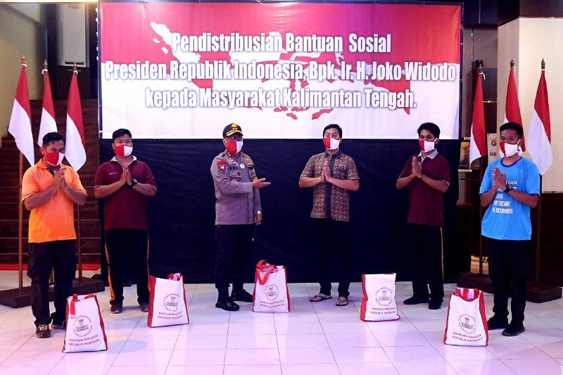 Polda Kalteng salurkan 3.000 paket sembako dari presiden
